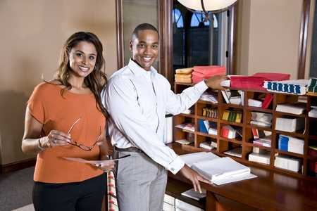 아프리카 계 미국인 사업가 및 인도 사업가 함께 사무실에서 작동