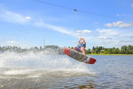 despertar: trenes wakeboarder en el lago en Bielorrusia