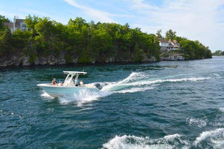 1000 の島々、千の島々 - 2016 年 6 月 19 日: セント ・ ローレンス川の川のボートの写真。キングストン オンタリオ, カナダ - アメリカの国境に。フィ 報道画像