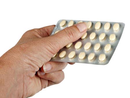 La mujer sostiene pastillas HRT