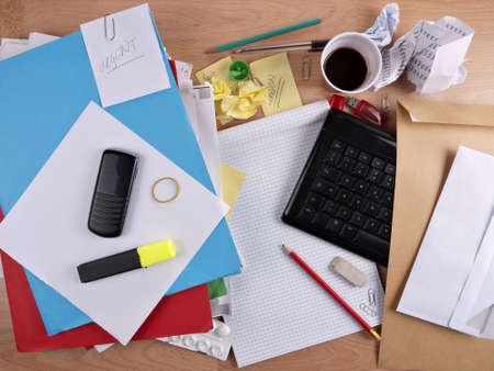 messy office: Disordinato, occupato desk - concetto di superlavoro