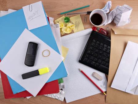 oficina desordenada: Escritorio desordenado, ocupado - concepto de exceso de trabajo Foto de archivo