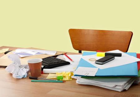 oficina desordenada: Ocupado escritorio - el exceso de trabajo, pero no hay nadie