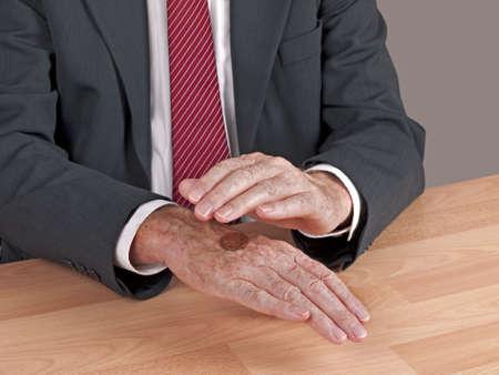 m�nzenwerfen: Mann im Business-Anzug wirft UK M�nze - Entscheidungsfindungssystems