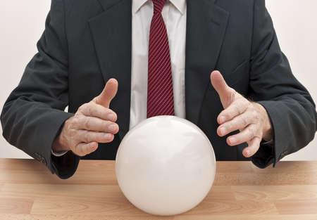bola de cristal: Hombre de negocios con bola de cristal - concepto