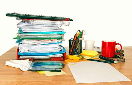 oficina desordenada: Escritorio desordenado con la bandeja de entrada, analg�sicos y taza de caf�