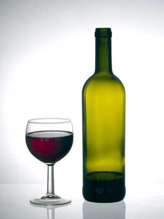 casi: El vino tinto, casi terminado. Fondo gris.