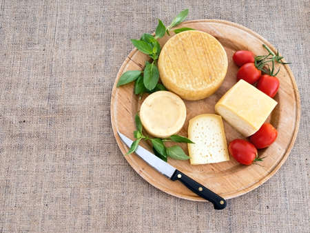 tabla de quesos: Selección genuino queso orgánico con tomate y albahaca, cuchillo ..
