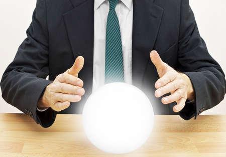 Strategische planning zakenman. Of accountant doet budget met kristallen bol.