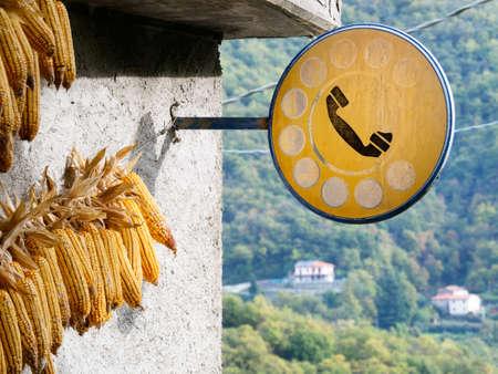 oficina antigua: Lunigiana, Toscana norte. Ma�z secado mazorcas fuera antigua oficina de correos. Foto de archivo