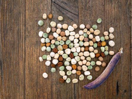 siembra: Guisantes de jard�n para la siembra de primavera. Fondo r�stico.