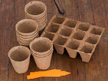 turba: Turba ollas de semillas y etiquetas. El banco de madera.