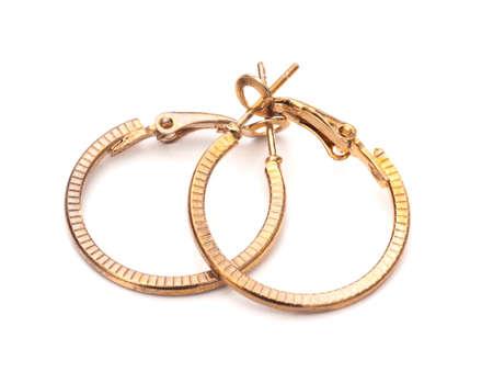 Vintage gouden kleur hoepel oorbellen, paar, op witte achtergrond.