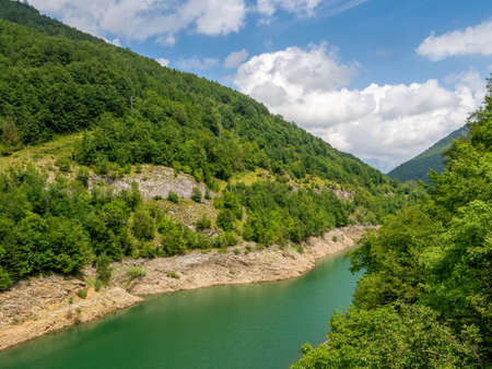 Parte della vista naturale incontaminata intorno al Lago, il Lago di Vagli in Garfagnana, provincia di Lucca, Italia. Vicino al paese di Vagli Sotto.