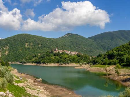 Ampia veduta del paese di Vagli Sotto e del Lago di Vagli in Garfagnana, provincia di Lucca. Gioiello nascosto per gli amanti della natura, gli escursionisti ecc.