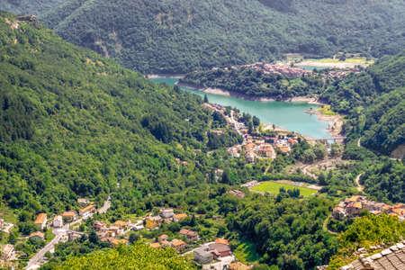 Veduta del paese di Vagli Sotto e del Lago di Vagli in Garfagnana, da Campocatino in provincia di Lucca. Gioiello nascosto per gli amanti della natura, gli escursionisti ecc.
