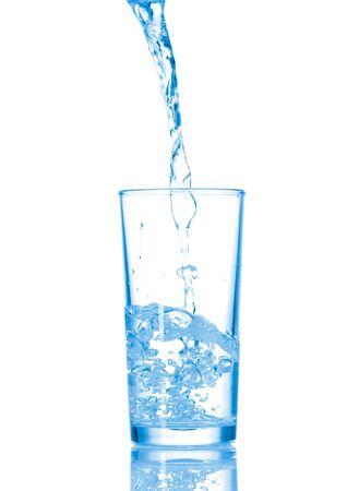 welling: Acqua in vetro isolato su sfondo bianco