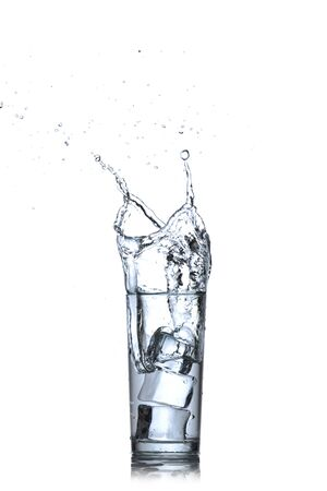 welling: Vetro di acqua con cubetti di ghiaccio su sfondo bianco Water splash