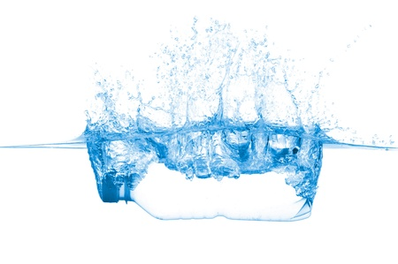welling: Bottiglia in acqua isolato su sfondo bianco