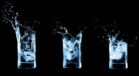 welling: Acqua in vetro isolato su sfondo nero