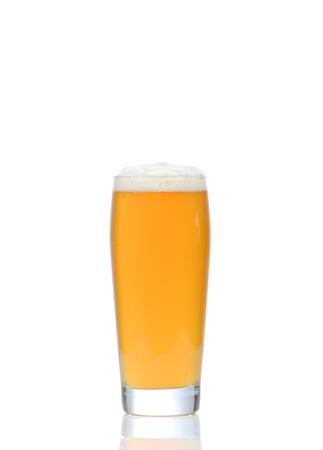 Vidrio de cerveza en el fondo blanco photo