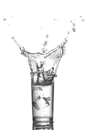 welling: Spruzzi d'acqua in vetro su sfondo bianco