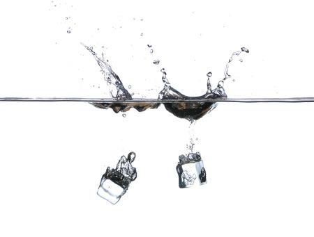 welling: Cubetti di ghiaccio in acqua