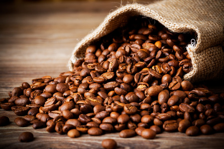 목조 배경에 커피 콩의 자루 스톡 콘텐츠