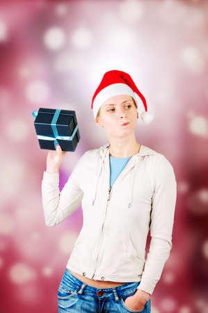 interrogative: La mujer sostiene una caja de regalo