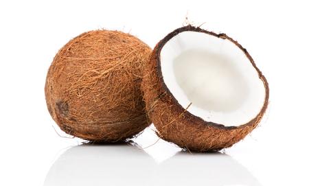 aceite de coco: Cocos en el fondo blanco Foto de archivo