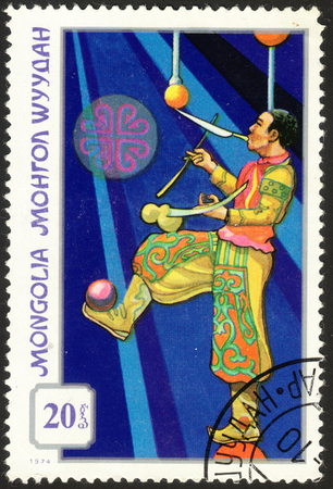 stempel: MOSCOW, RUSSIA - DECEMBER, 2015: a post stamp printed in MONGOLIA shows a juggler, the series Mongolian Circus, circa 1974