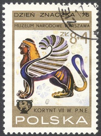 """leon con alas: Moscú, Rusia - alrededor de FEBRERO de 2016: un sello impreso en Polonia muestra la imagen de un león alado con cabeza de una mujer, la serie """"El día de la estampilla: pinturas de los vasos de Corinto"""", alrededor de 1976 Editorial"""