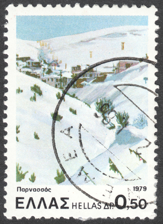 sello: MOSCOW, RUSSIA - CIRCA JANUARY, 2016: a post stamp printed in GREECE shows a view on Mount Parnassus ski centre, the series Landscapes, circa 1979