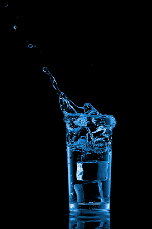 welling: Glass of water with ice cubes