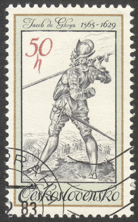 """vestidos de epoca: Moscú, Rusia - alrededor de octubre de 2016: un sello impreso en Checoslovaquia muestra un guardaespaldas del rey Rodolfo II, Jacob de Gheyn, la serie """"Traje de época del Antiguo Grabados"""", alrededor del año 1983 Editorial"""