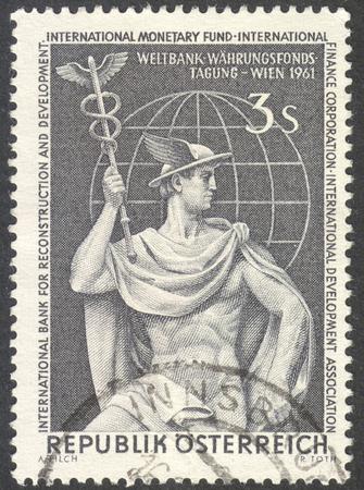 banco mundial: Moscú, Rusia - alrededor DICIEMBRE DE 2016: un sello impreso en Austria muestra Mercurio y Globo, dedicado al Congreso Banco Mundial en Viena, alrededor de 1961