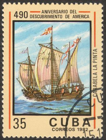 """Moscú, Rusia - alrededor de octubre de 2017: un sello de correos impreso en CUBA muestra el barco """"Pinta"""", la serie """"El 490 aniversario del descubrimiento de América"""", alrededor del año 1982 Editorial"""