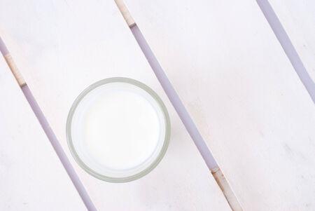 vacas lecheras: �ngulo de visi�n de alta de leche en el fondo de madera blanca
