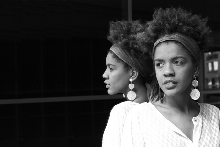 urban colors: mujer joven en un espejo - fotografía en blanco y negro