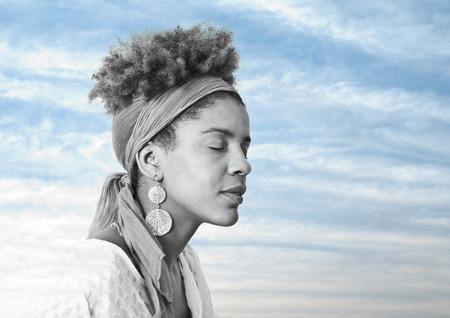 mannequin africain: belle jeune femme avec les yeux fermés - double exposition Banque d'images