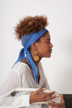 ojos cerrados: perfil joven afroamericano mujer con los ojos cerrados - tiro del estudio - fondo blanco Foto de archivo