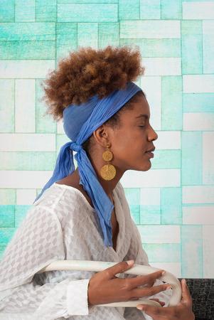 ojos cerrados: perfil joven afroamericano mujer con los ojos cerrados - tiro del estudio - turquesa dise�o de fondo