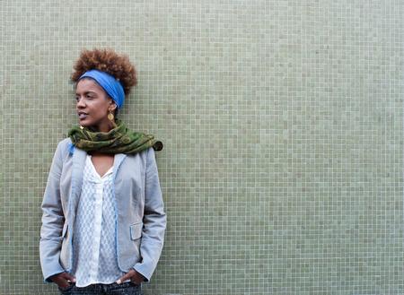 estilo urbano: Headshot de la mujer rizado afro americano en frente de fondo de azulejos - el espacio de texto libre