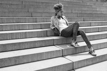 american sexy: Молодой афро американский женщина, сидя на лестнице - черно-белая фотография