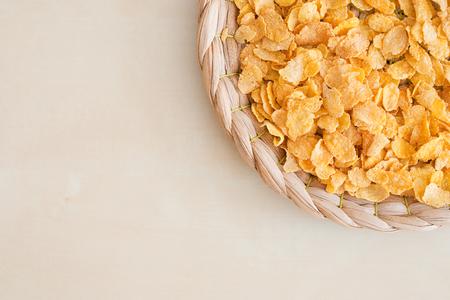 corn flakes: flocons de ma�s sur backgound naturelle - tourn� en studio Banque d'images
