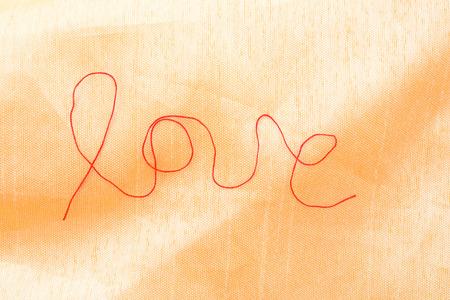 hilo rojo: hilo rojo - muestra del amor - en el fondo de textura de seda