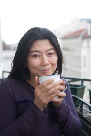 Té de la bebida de la mujer japonesa