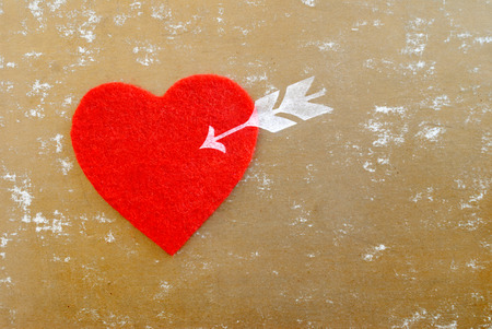 day saint valentin: red heart and arrow - love symbol on golden background