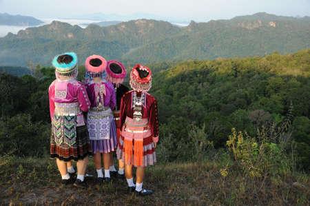 tribu: Colina niñas tribu buscan vistas a la montaña Foto de archivo
