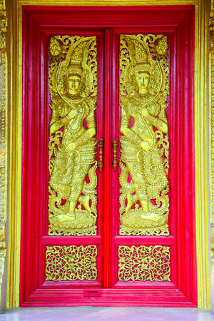 Buddhist church doors with wood carving. Banque d'images